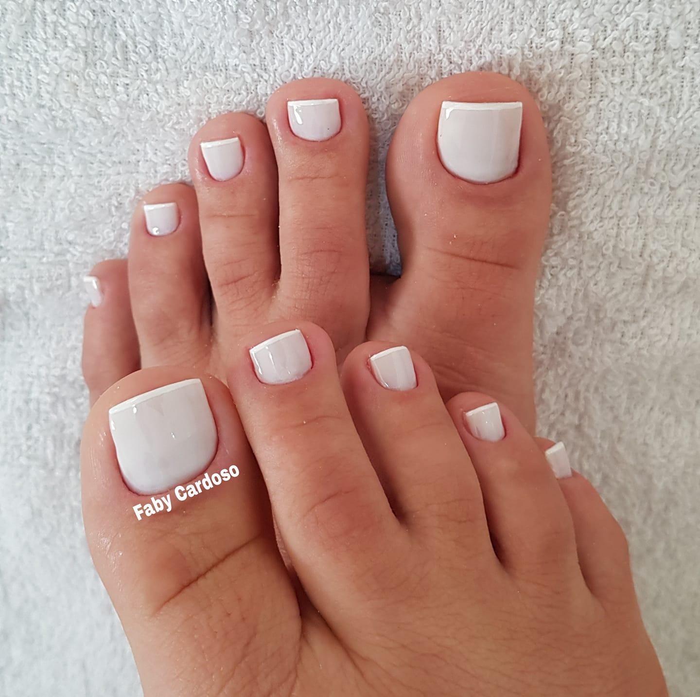 Unhas dos pés com cores e eamaltes perfeitos2