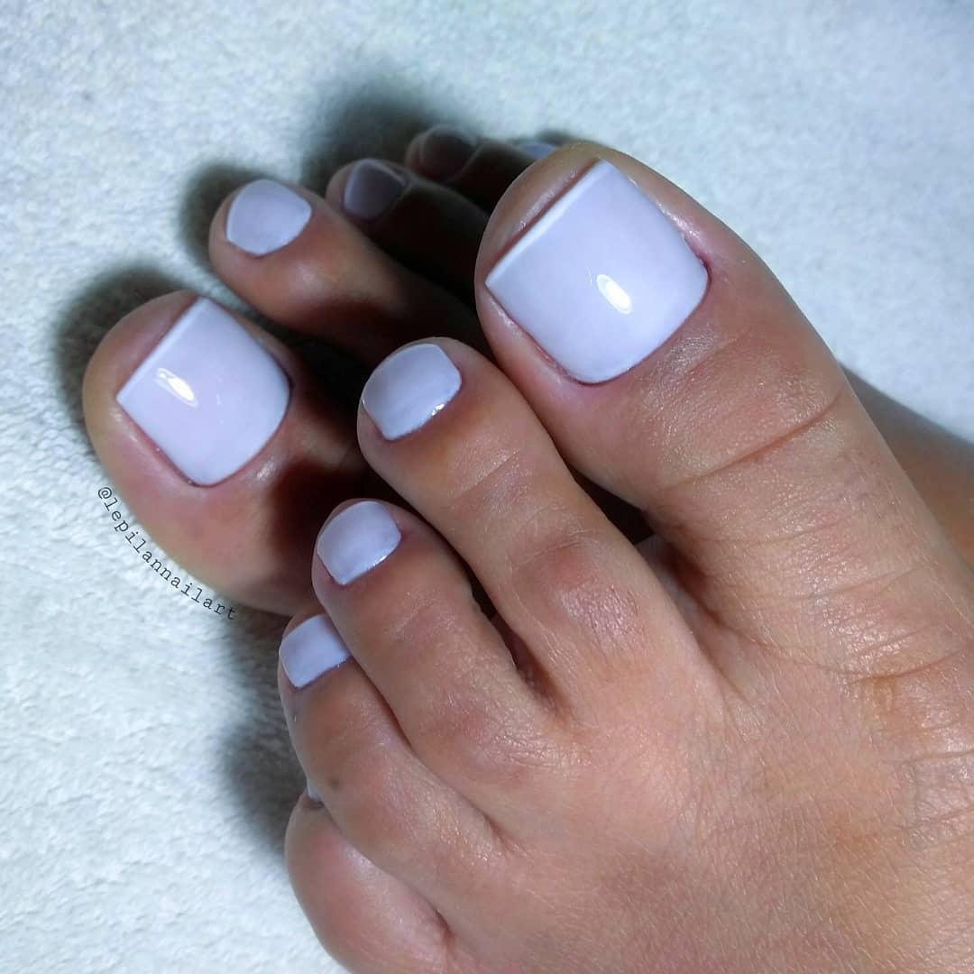 Unhas dos pés com cores e eamaltes perfeitos