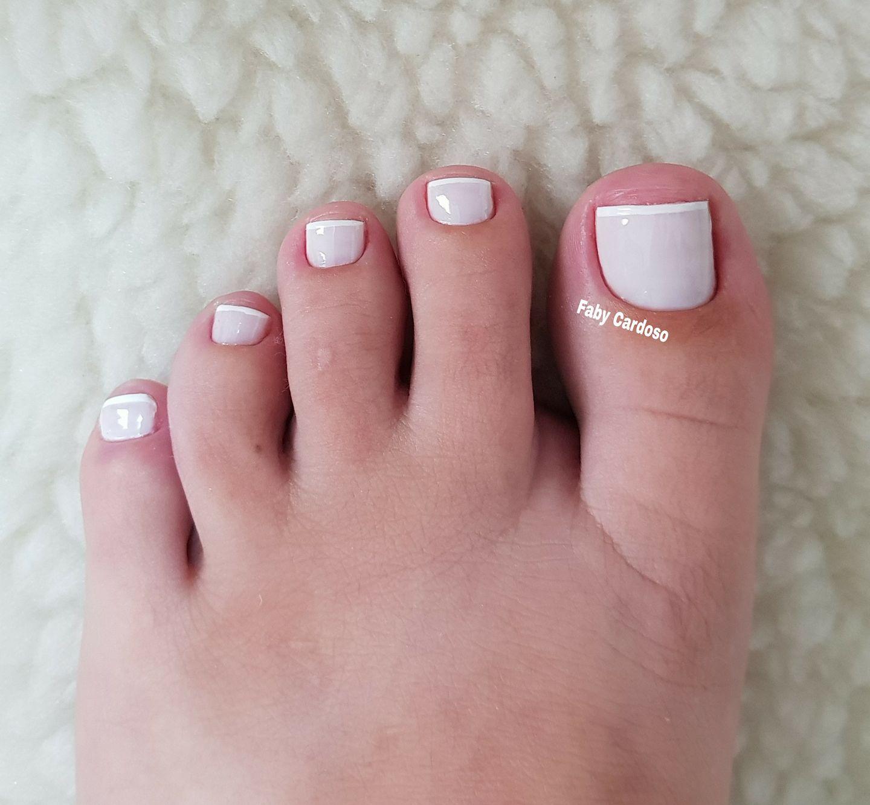 Unhas dos pés com cores e eamaltes perfeitos9.3