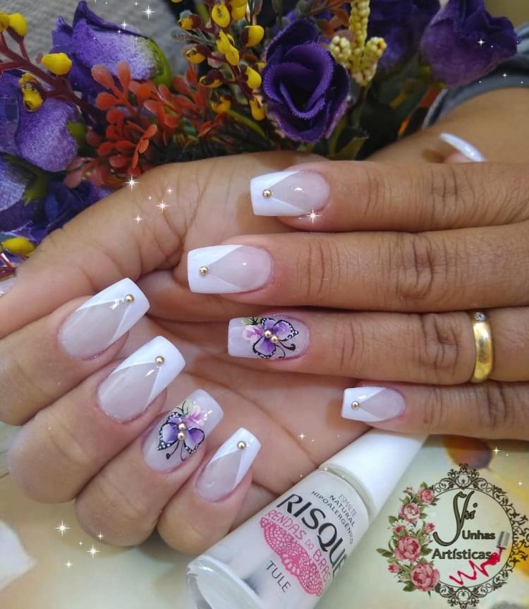 Unhas decoradas com esmalte branco