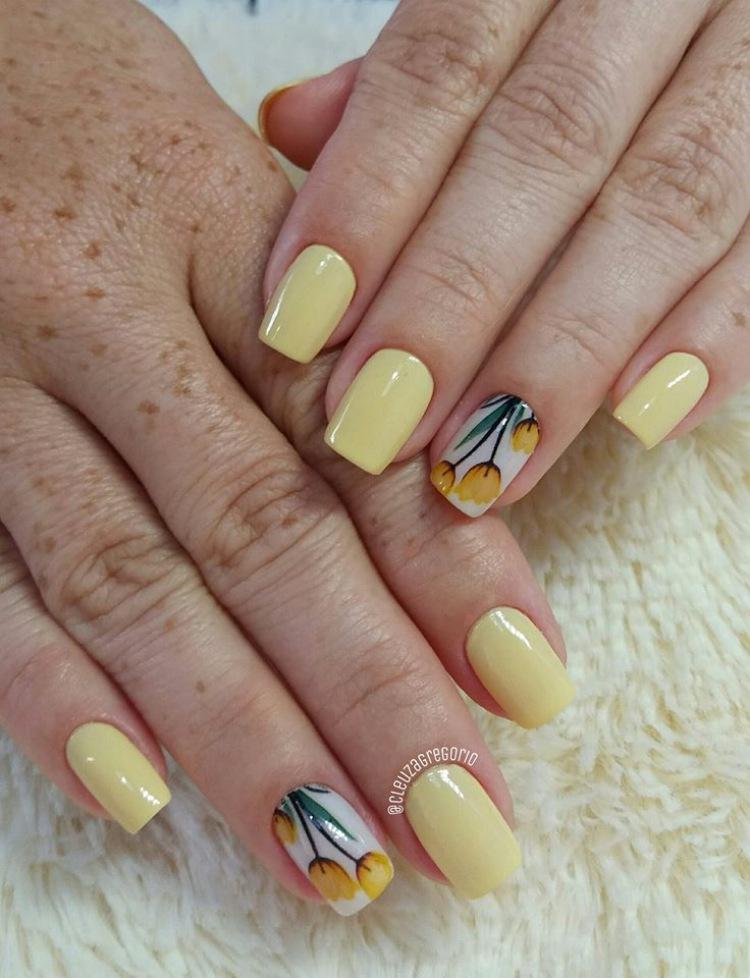 Unhas esmaltadas de amarelo 13