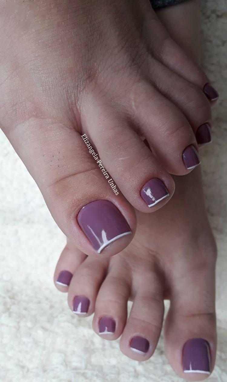 Unhas dos pés com cores escuras decoradas