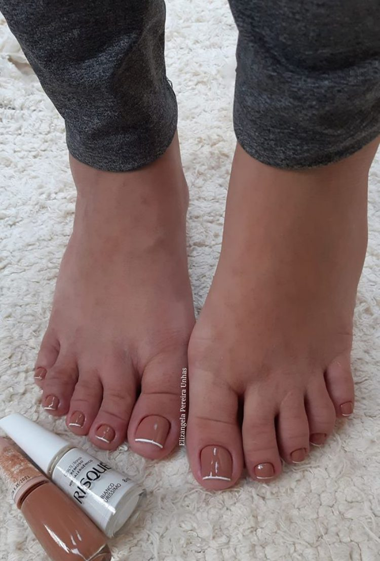 Unhas dos pés com cores escuras decoradas310