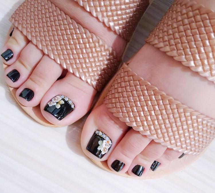 Decorações de unhas dos pés com joias