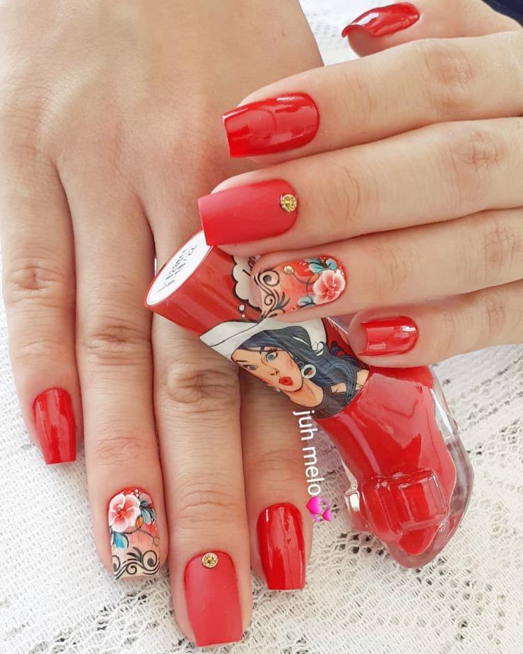 Unhas decoradas com esmalte Vermelho